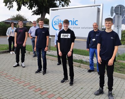 Apprentices in Freiberg Front left to right: Tom Kaiser (EAT), Justin Uhlmann (Mechatronics), Nico Buschmann (Mechatronics), Valentin Rauner (EAT) Back left to right: Annett Tschöpe (HR), Mario Dietze (BR), Steffen Arnold (Deputy Plant Manager), Alexander Nitzsche (Manager Workshops)