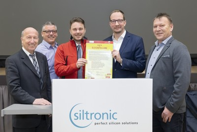 Klaus Angermaier, Head of Human Resources Siltronic AG, Mario Dietze, Head of works council Siltronic AG Freiberg , Jörg Kammermann, district manager IG BCE Altötting, CFO Rainer Irle and Johann Hautz, Head of works council Siltronic AG Burghausen