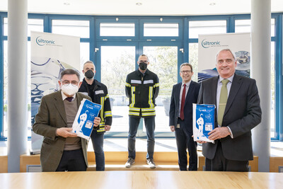 from the left: District Administrator Erwin Schneider, Bernhard Weber (Head of Fire and Disaster Control, Security Law), Dr. Robert Müller (Head of Public Safety and Order), Bernhard Schmidt (Site Manager Siltronic Burghausen) and Dr. Christoph von Plotho (CEO Siltronic)